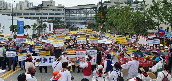 한국농업경인 합천군연합회 소속 농민 500여 명이 14일 오전 정부세종청사 환경부 앞에서 집중호우로 발생한 피해복구와 대책마련을 요구하고 있다. [사진 합천군]