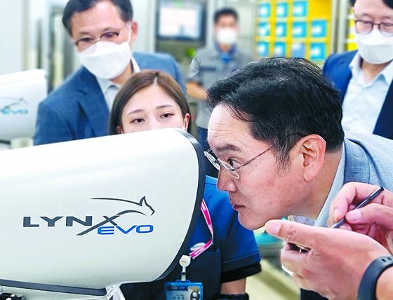 이재용 삼성전자 부회장이 지난달 16일 삼성전기 부산사업장에 위치한 전장용 MLCC(적층세라믹캐피시터) 생산 공장을 방문, MLCC 제품을 살펴보고 있다. [사진 삼성전자]