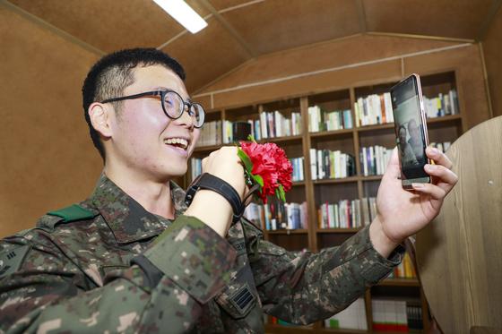 지난 5월 8일 어버이날을 맞은 육군 병사가 편지가 아닌 휴대전화 영상통화로 부모님에게 안부를 전했다. [육군 6군단 제공]