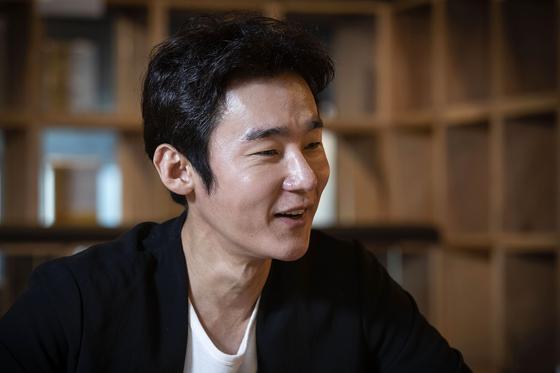 새 에세이집을 펴낸 작가 겸 방송인 허지웅씨를 12일 오후 서울 용산구 한남동 서점 '북파크'에서 만났다. 장진영 기자
