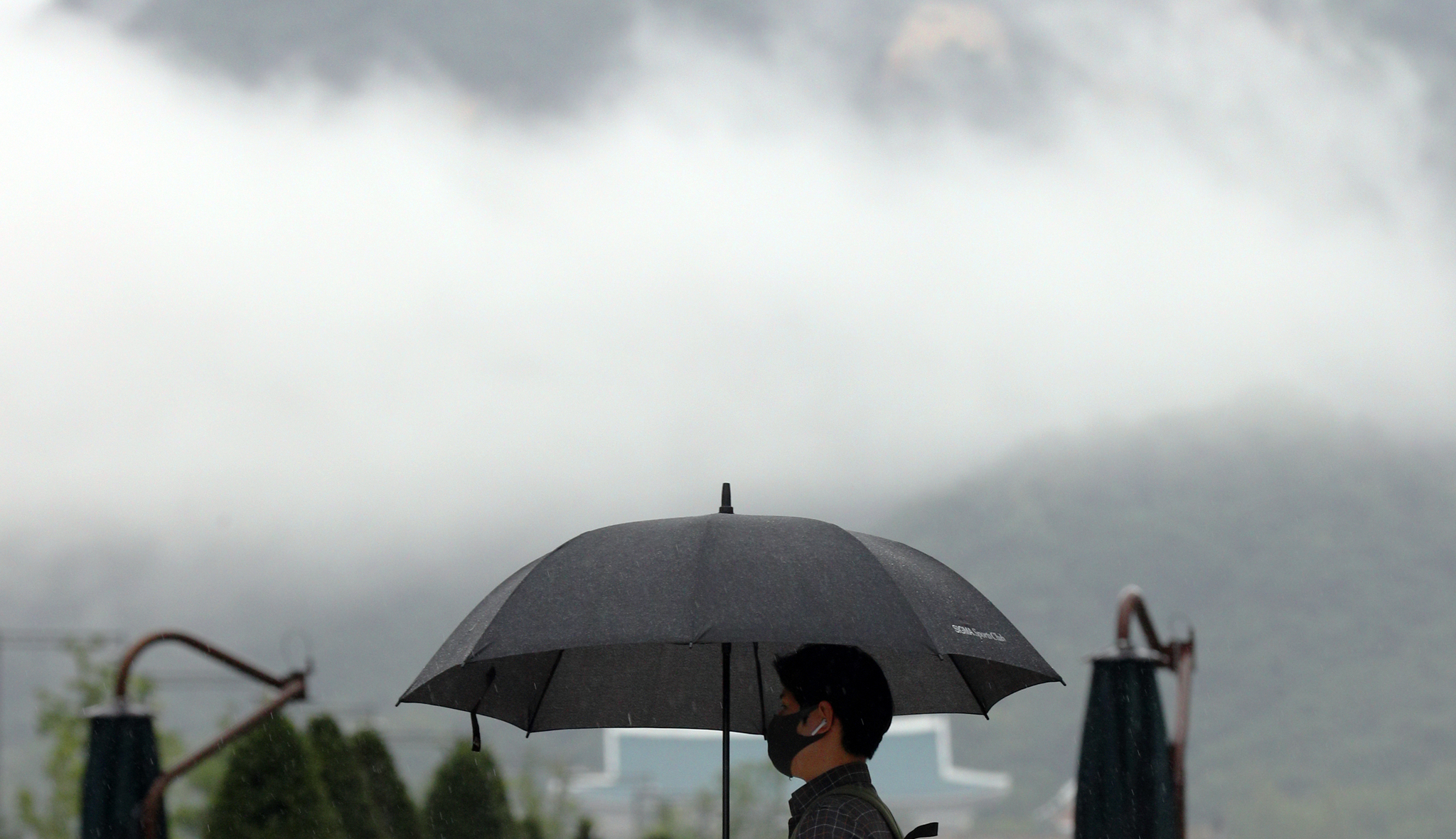 지난 11일 서울 광화문 네거리에서 출근길 시민들이 우산을 쓰고 발걸음을 재촉하고 있다. 뉴스1