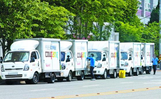 지난 5월 28일 오후 대전의 한 도로에서 쿠팡 택배 직원들이 차량에 택배물품을 싣고 있다. 뉴스1