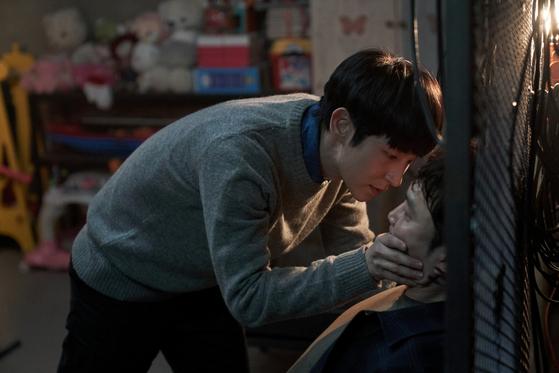 '악의 꽃'에서 정체가 들통나자 김무진(서현우)의 입을 틀어막고 감금하는 도현수(이준기). [사진 tvN]