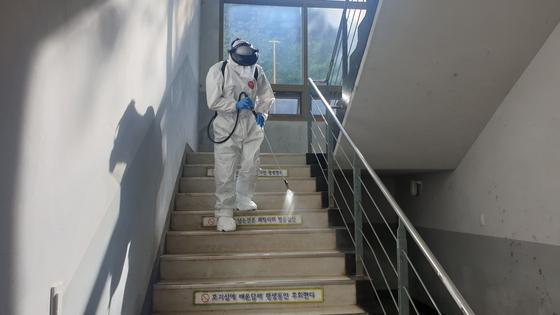 15일 기준 부산기계공고 관련 신종 코로나바이러스 감염증(코로나19) 확진자는 9명으로 늘었다. 사진은 지난 14일 방역당국이 부산기계공고에서 방역 작업을 벌이는 모습. 송봉근 기자