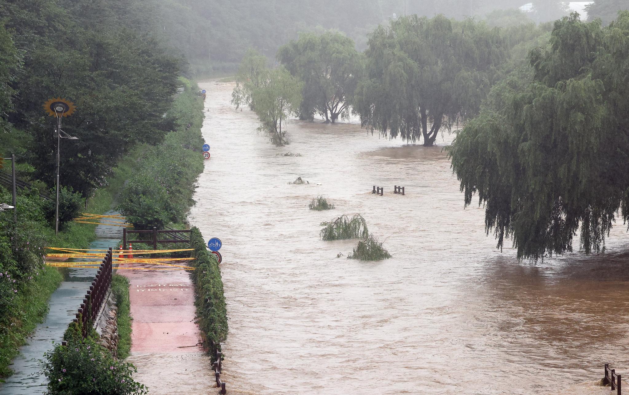 9일 오전 서울 서초구 양재천 산책로가 폭우로 불어난 물에 잠겨 있다. 연합뉴스