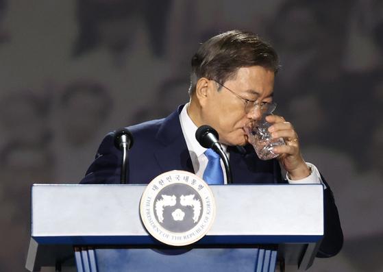 문재인 대통령이 15일 오전 서울 동대문디자인플라자에서 열린 제75주년 광복절 경축식에서 경축사를 하던 도중 물을 마시고 있다. 연합뉴스