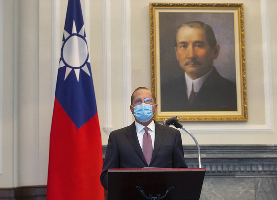대만을 방문한 미국의 알렉스 에이자 보건복지부 장관이 8월 10일 타이베이의 총통 관저를 찾아 국부 쑨원의 초상화 앞에서 연설하고 있다. 에이자 장관의 옆에 중화민국의 국기인 청천백일기가 보인다. 에이자 장관은 1979년 미국이 중국과 수교하고 대만과 단교한 뒤 타이베이를 찾은 최고위급 미국 관리다. AP=연합뉴스