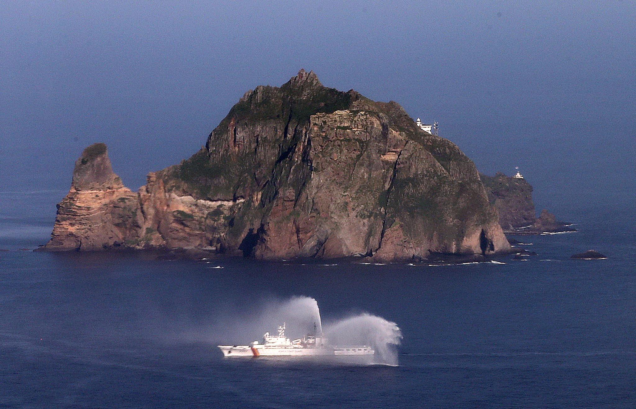 지난 13일 해양주권을 수호하기 위해 독도를 지키는 해양경찰 경비함정 3007함이 독도 근해에서 훈련을 하고 있다. [뉴스1]