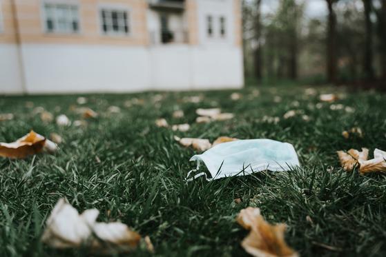 코로나19로 인해 폭발적으로 증가하고 있는 일회용 마스크 사용량. 그만큼 버려지는 마스크도 많다. 사진 Tatiana Rodriguez on Unsplash