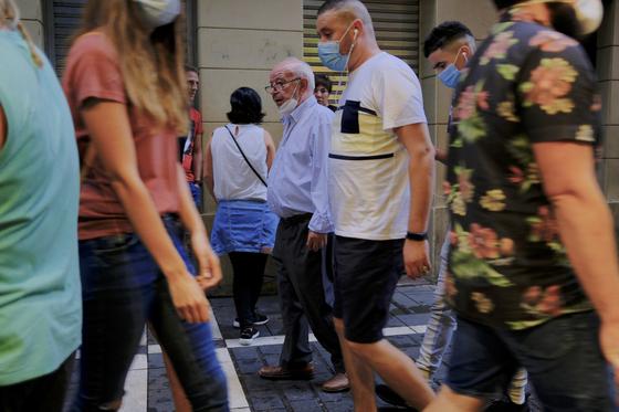 스페인에서는 코로나 재확산이 이뤄지면서 2m 이상 거리를 확보하지 않은 길거리 흡연을 금지하려는 움직임이 일어나고 있다. 지난 15일 스페인의 거리에 사람들이 북적이고 있다. [AP=연합뉴스]