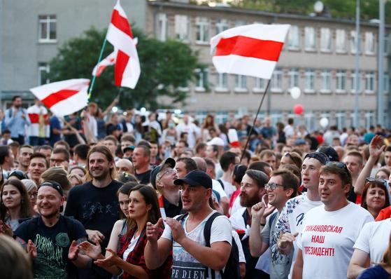 15 일 벨로루시 민스크에서 열린 반정부 집회.  로이터 = 연합 뉴스