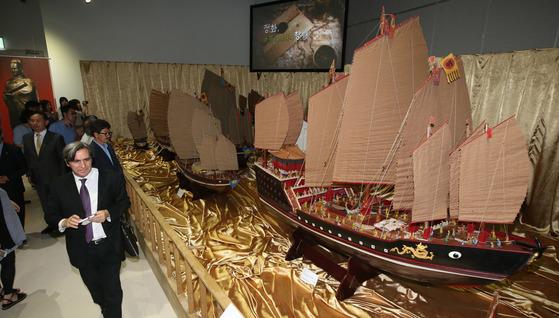부산 영도구 국립해양박물관에서 열린 기획전시 '대항해시대-바람에 실은 바람'특별전을 찾은 관람객들이 중국 명나라 시대의 대항해가인 정화(1371~1433년)가 이끈 보선 함대 모형을 구경하고 있다.