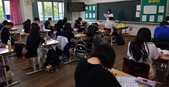 광주 서구 유덕중학교 3학년 교실에서 학생들이 등교를 마치고 수업을 하고 있다. 뉴시스