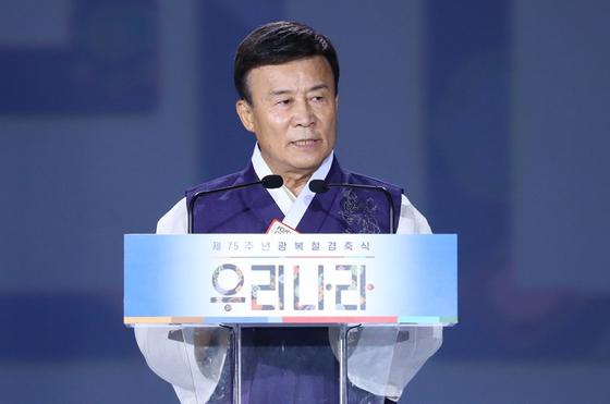 김원웅 광복회장이 15일 서울 중구 동대문디자인플라자에서 열린 제75주년 광복절 경축식에 참석해 기념사를 하고 있다. [뉴시스]