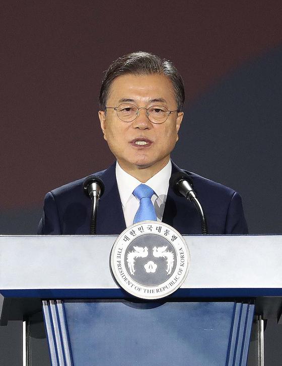 문재인 대통령이 15일 오전 서울 동대문디자인플라자에서 열린 제75주년 광복절 경축식에서 경축사를 하고 있다.[청와대사진기자단]