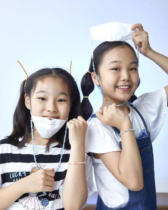 조혜원(왼쪽) 학생기자·윤현지 학생모델이 비즈로 직접 만든 마스크걸이와 팔찌를 착용했다.