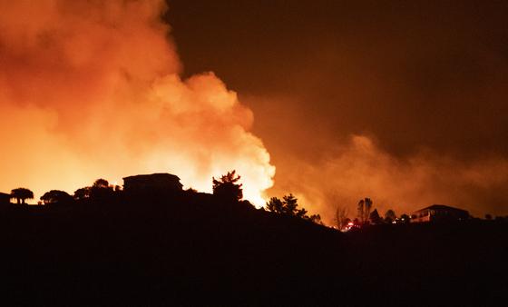 16 일 캘리포니아 살리나스 인근의 산불이 주거 지역으로 확산되고 있습니다. [AP=연합뉴스]