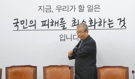 미래통합당 김종인 비상대책위원장이 10일 국회에서 열린 비상대책위원회의에 참석하고 있다. 오종택 기자
