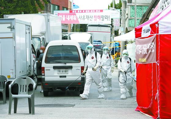 16일 방역 관계자들이 서울 성북구 사랑제일교회 인근에서 방역작업을 하고 있다. [연합뉴스]