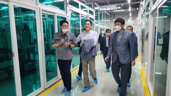 이재용 부회장이 지난달 삼성전기 부산사업장을 찾아 직원들을 격려하고 있다. [사진 삼성전자]