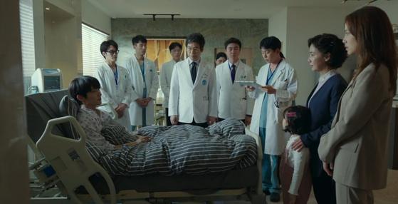 tvN 드라마 '악의 꽃'6 화에서 주인공 백 희성 (이준기)이 저체온 치료를 받고 일어나 의료진의 설명을 듣는다. [드라마 악의꽃 캡쳐]