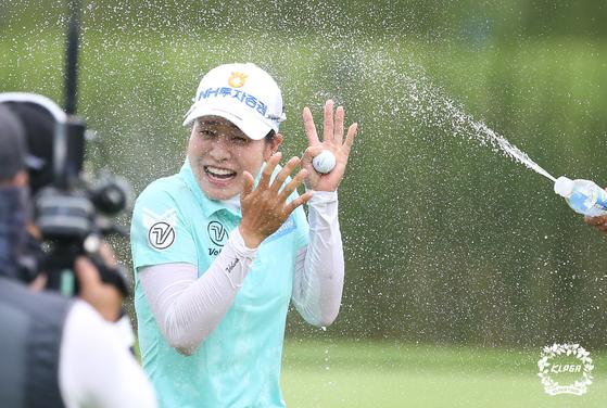 대유위니아 오픈에서 우승을 확정한 직후 동료의 축하 물세례를 받는 박민지. [사진 KLPGA]