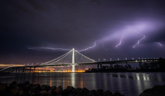 16 일, 샌프란시스코의 베이 브릿지에 폭풍우가 치는 번개가칩니다. [AP=연합뉴스]