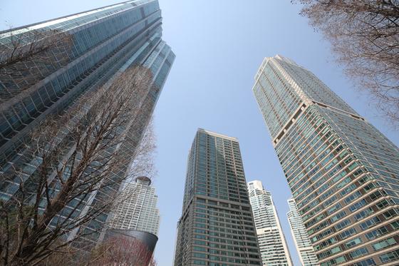 초고층 주상복합아파트의 대명사로 불리는 서울 강남구 도곡동 타워팰리스. 공공 재건축으로 이런 초고층 고밀 아파트를 지을 수 있다. 하지만 임대 비중이 크고, 주택 크기 등 내부 주택 구성은 기존 고밀 아파트와 전혀 다를 것으로 예상된다. 연합뉴스