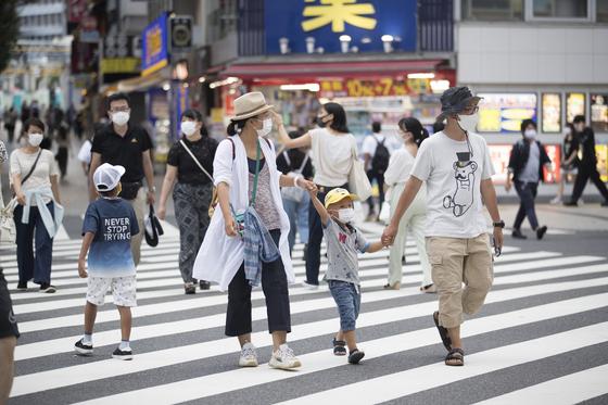 17일 일본 도쿄 신주쿠에서 마스크를 쓴 행인들이 횡단보도를 건너고 있다. [AP=연합뉴스]