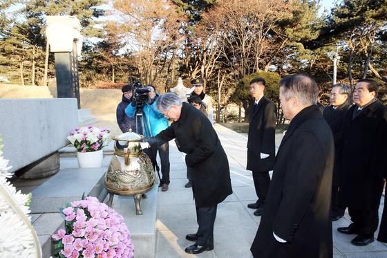 문재인 대통령은 2015년 2월 9일 당시 새정치민주연합 대표 취임 첫 일정으로 현충원을 찾아 이승만박정희 전 대통령 묘소를 참배했다. [중앙포토]