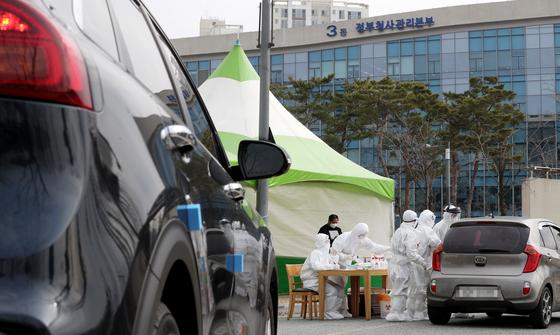 지난 3월 13일 정부세종청사에 설치된 드라이브 스루 선별진료소에서 시민들이 검사하고 있다. 연합뉴스