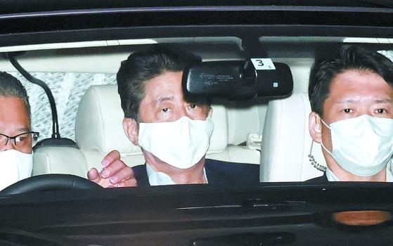 아베 신조 일본 총리는 17 일 도쿄의 한 대학 병원에서 진찰을 받고 차를 몰고 나간다. [교도=연합뉴스]
