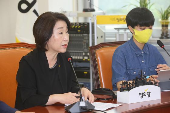 정의당 심상정 대표(왼쪽)가 18일 국회에서 열린 의원총회에서 발언하고 있다. 연합뉴스