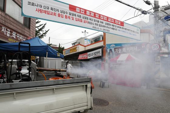 집단 신종 코로나바이러스 감염환자가 발생한 서울 성북구 사랑제일교회 앞을 방역차량이 소독하고 있다. 뉴스1