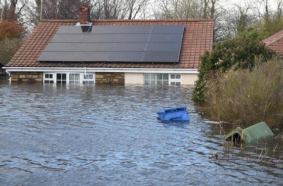 지난 1월 많은 비가 내려 집이 물에 잠긴 영국 북부지역. 겨울마다 비가 많이 내리는 영국은 2000년부터 일찌감치 '기후변화가 폭우를 몰고오면 어떻게 대응할 지' 고민했다. AFP=연합뉴스