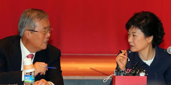 김종인 미래통합당 비상대책위원장(왼쪽)과 박근혜 전 대통령. 2012년 대통령 선거를 앞두고 한 정책간담회에 참석한 두 사람이 대화를 나누고 있다. 당시 김 위원장은 새누리당(통합당의 전신) 국민행복추진위원장을 맡았다. [중앙포토]