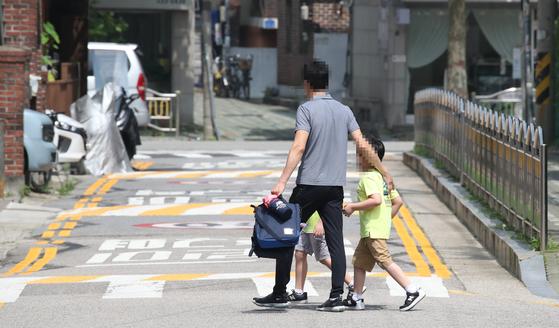 18일 서울의 한 초등학교에서 어린이들이 하교하고 있다. 연합뉴스