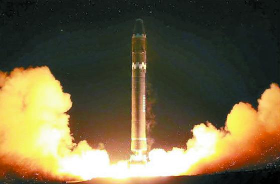 북한이 2017년 11월 공개한 신형 대륙간탄도미사일(ICBM) '화성-15형' 시험발사 모습. [연합뉴스]