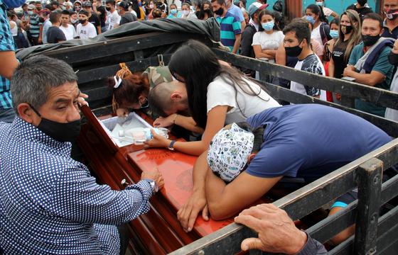 16일(현지시간) 콜롬비아 남부 나리뇨주에서 피살된 청소년의 유가족들이 오열하고 있다. EPA=연합뉴스
