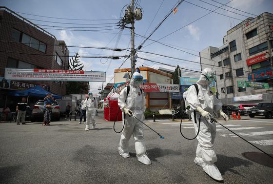 지난 16일 오후 신종 코로나바이러스 감염증(코로나19) 집단감염이 발생한 서울 성북구 사랑제일교회에서 방역 관계자들이 방역 작업을 하고 있다. 연합뉴스