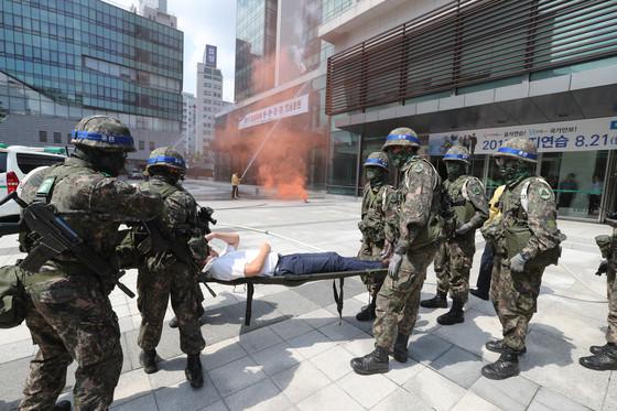 을지태극연습 훈련에서 군인들이 부상자를 옮기고 있다. [중앙포토]