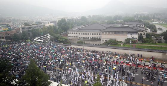 보수단체 회원들이 15일 서울 종로구 사직로에서 집회를 하며 청와대로 행진하고 있다. 뉴스1
