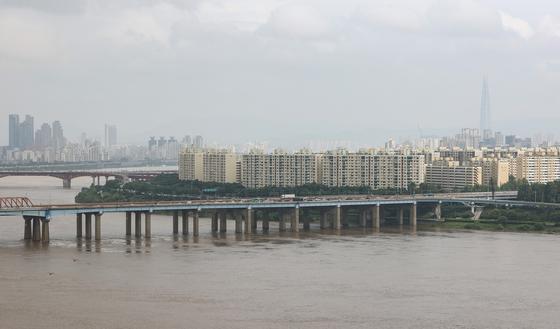 공공재건축에 따른 층수 제한 완화로 한강변에 50층 초고층 아파트가 들어설지 관심이다. 연합뉴스