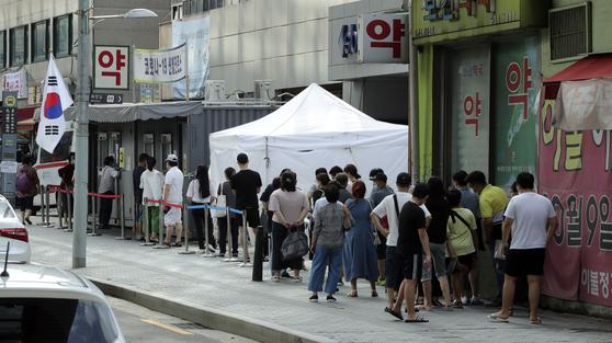 서울 지역 신종 코로나바이러스 감염증(코로나19) 확진자가 146명 증가한 가운데 16일 오후 서울 성북구 보건소에 마련된 선별진료소에서 시민들이 검사를 기다리고 있다. 김성룡 기자