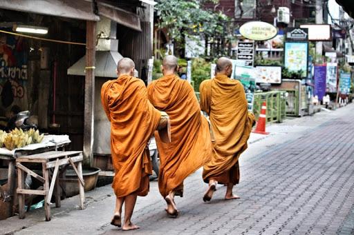 남방불교인 태국 스님들이 아침에 줄지어서 탁발을 나서고 있다. 탁발로 구한 음식은 분별심 없이 먹어야 한다. [중앙포토]