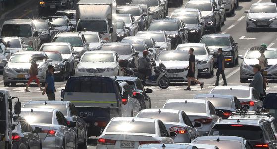 대구·경북 폭염경보를 비롯해 전국에 폭염특보가 발효된 17일 오후 대구 달구벌대로를 지나는 차량에 뙤약볕이 반사돼 아지랑이가 피어오르며 열기를 더하고 있다. 뉴스1