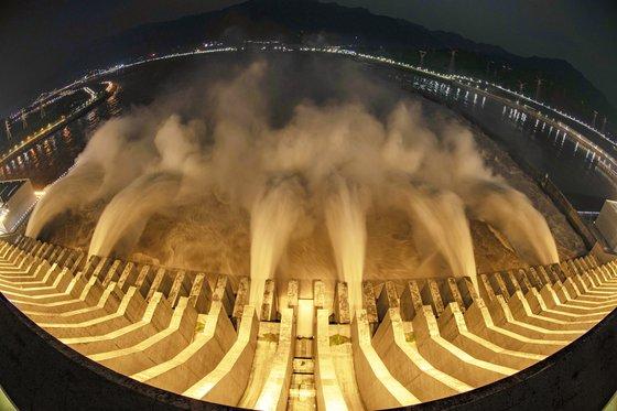 중국 싼샤댐에 오는 20일 2008년 완공 이래 역대 최다인 초당 7만 4000㎥의 물이 유입될 예정이다. 18일부터 시작된 5호 홍수로 장강 상류 지역에 집중 호우가 내린 탓이다. [중국 신화사=연합뉴스]