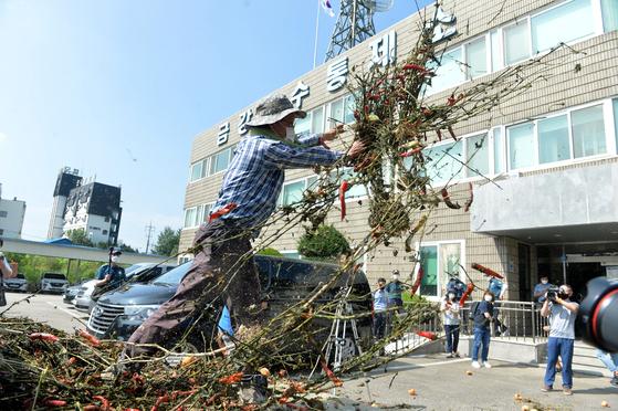 용담댐 방류로 침수 피해를 입은 한 농민이 19일 금강홍수통제소를 찾아 썩은 고추를 던지며 항의하고 있다. 프리랜서 김성태