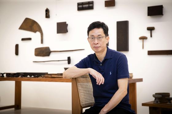 서울 이길이구 갤러리에서 22일까지 '취향심향 Ⅲ '전을 여는 박영택 교수. 장진영 기자