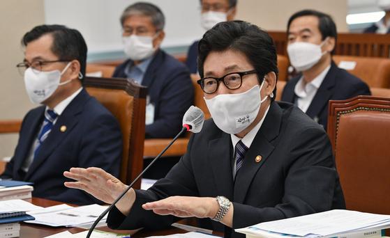 조명래 환경부장관이 20일 국회에서 열린 환경노동위원회 전체회의에 출석, 의원의 질의에 답변하고 있다. 오종택 기자